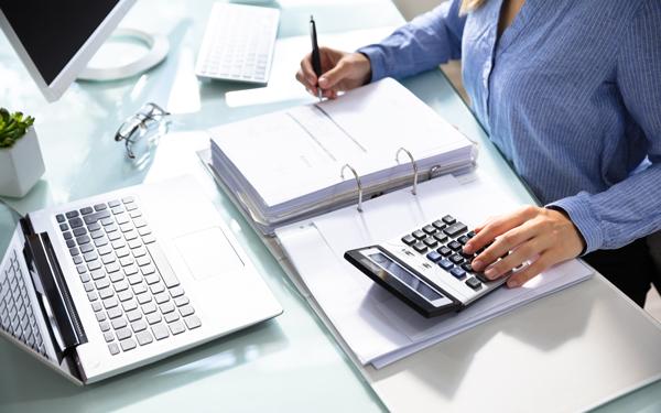 kobieta pracująca w biurze rachunkowym